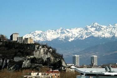 Grenoble con la Bastille a sinistra, due delle tre torri e sullo sfondo les Belledonne (Foto di Guerino De Masi)