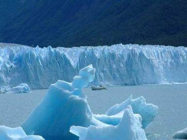 Battello di turisti tra i ghiacci