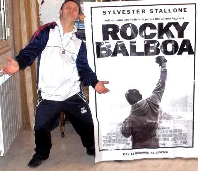 Pinuccio Sorrentino con la locandina del film Rocky Balboa