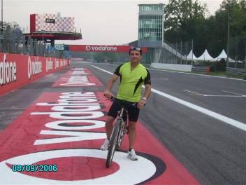 Romualdo in mountain bike sulla pista di Monza nei pressi della griglia di partenza